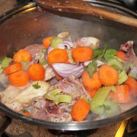 Pollo al sugo e verdure